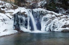 водоспад в зимових карпатах