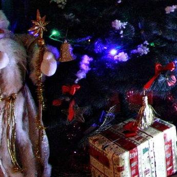 Подарунки під новорічною ялинкою