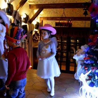 Дітки в очікуванні Нового року. Вежа Ведмежа