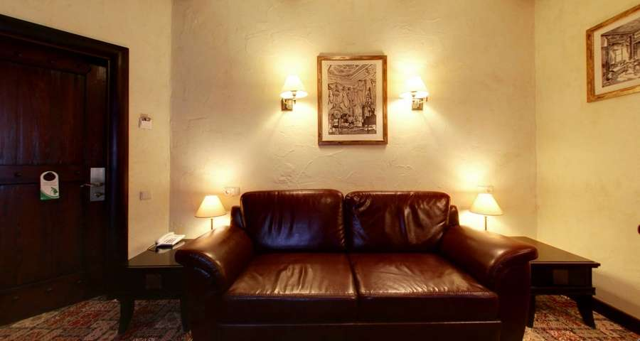 Люкс двокімнатний №104, шкіряний диван