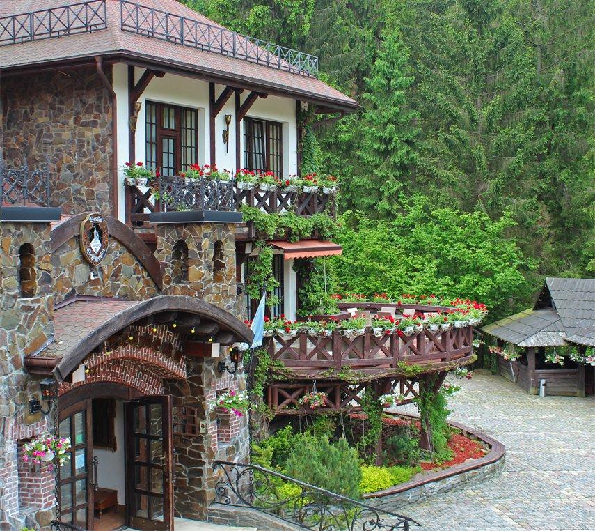 ресторан з відкритою терасою в лісі біля річки у Карпатах
