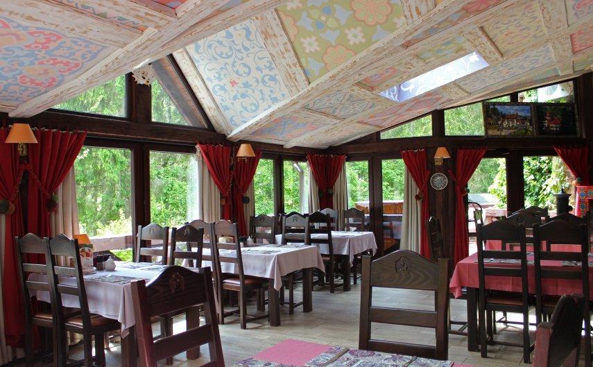 ресторан у карпатах серед лісу